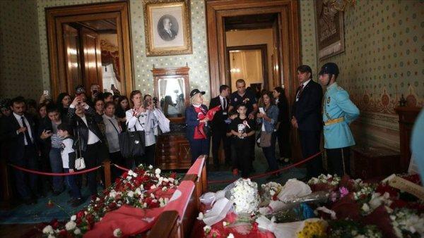 Dolmabahçe yi 10 Kasım da 105 bin kişi ziyaret etti