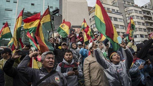 Morales in istifasının ardından Bolivya da halk sokaklara döküldü