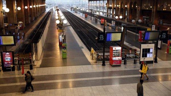 Fransa da grevler hayatı durma noktasına getirdi
