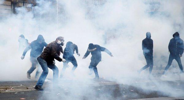 Paris te polis göstericilere sis bombasıyla müdahale ediyor