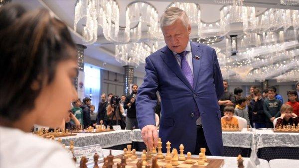 Anatoly Karpov 10 sporcuyla aynı anda satranç oynadı