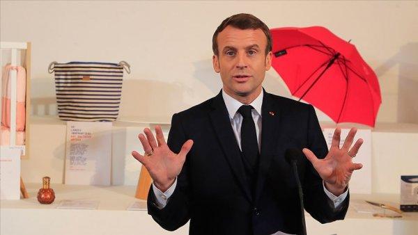 Macron un bulunduğu tiyatro salonuna girmeye çalışan eylemcilerden protesto