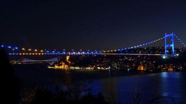 İstanbul un iki köprüsü Kosova bayrağı renklerine büründü