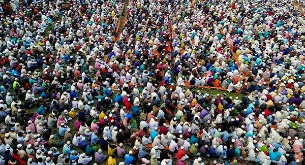 Bangladeş te on binler koronavirüs duası için toplandı