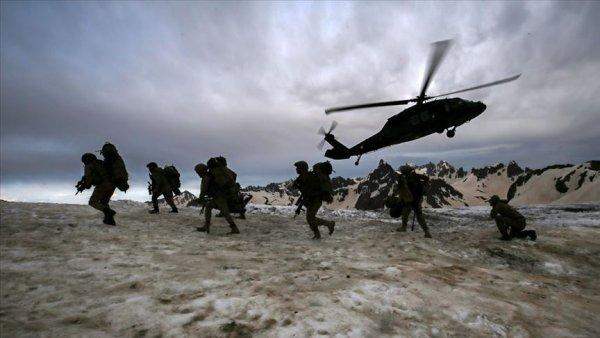 Mehmetçik İkiyaka Dağları nda teröristlere nefes aldırmıyor