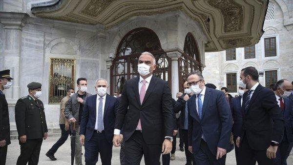 Kültür ve Turizm Bakanı Ersoy Fatih Sultan Mehmet in türbesini ziyaret etti