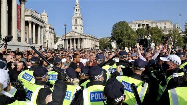 İngiltere de Kovid 19 önlemleri karşıtı grubun protestosuna müdahale