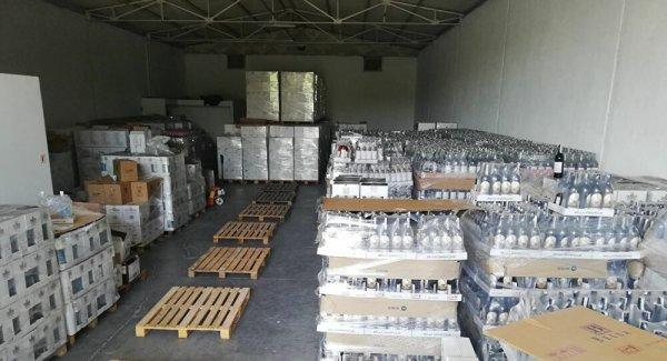 Antalya da bir otelin deposunda 9 bin şişe sahte içki bulundu