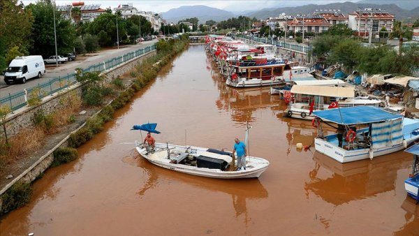 Fethiye de yağış sonrası denizin rengi değişti