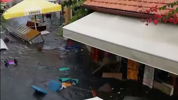 Seferihisar da cadde ve sokaklar su altında kaldı