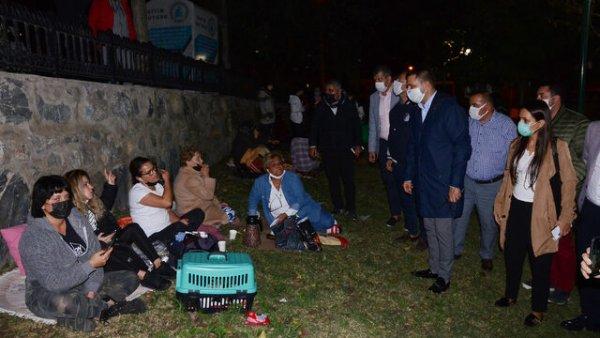İzmir depremi sonrası Kuşadası geceyi sokakta geçiriyor