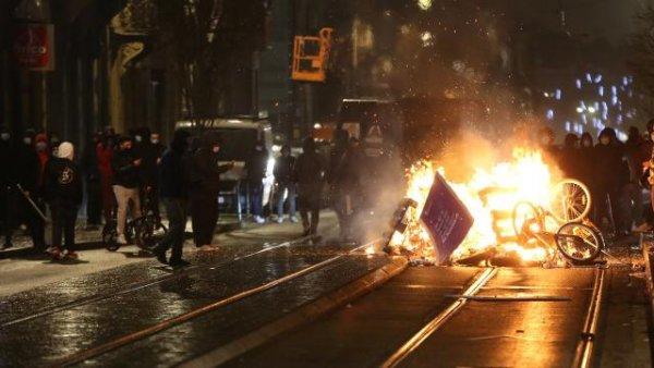 Belçika da Kralın aracı taşlandı polis merkezi ateşe verildi