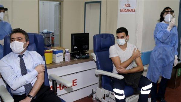 CoronaVac aşısı sağlık çalışanlarına uygulanmaya başlandı