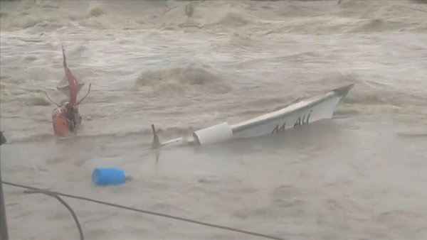 Hatay da sağanak nedeniyle barınaktaki tekneler zarar gördü