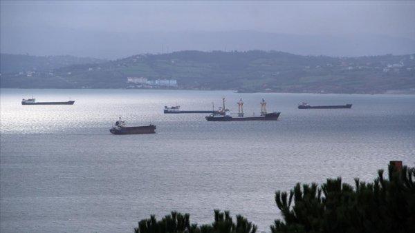 Karadeniz deki fırtınadan kaçan gemiler Sinop doğal limanına sığındı