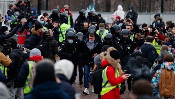 Rusya da binlerce kişi Navalnıy ın tutuklanmasını protesto etmek için sokakta