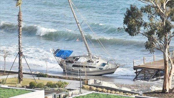 Bodrum da kuvvetli rüzgar nedeniyle tekne kıyıya sürüklendi