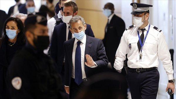 Sarkozy yolsuzluk suçundan 3 yıl hapis cezasına çarptırıldı