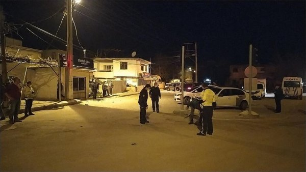 Adana da yüzleri maskeli kişiler ev ve iş yerlerine ateş açtı