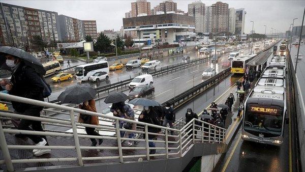 İstanbul da sağanak yağışın etkisiyle trafik yoğunluğu arttı