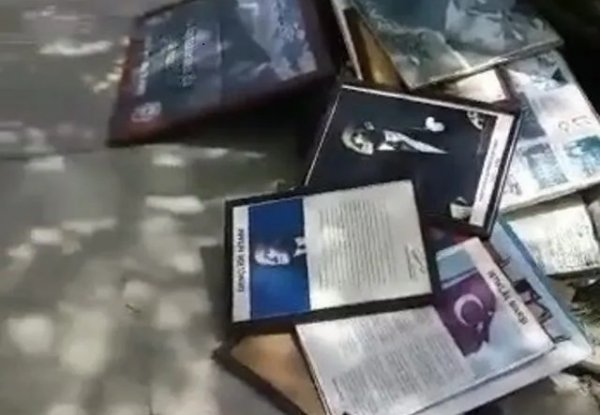 Çöpe atılan Atatürk posterleri ve İstiklal Marşı tabloları