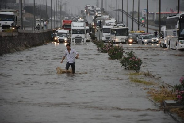 21 yüzyılda bile İzmir Ankara yolu ulaşıma kapandı