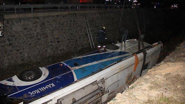 Yolcu otobüsü devrildi: 7 ölü 28 yaralı
