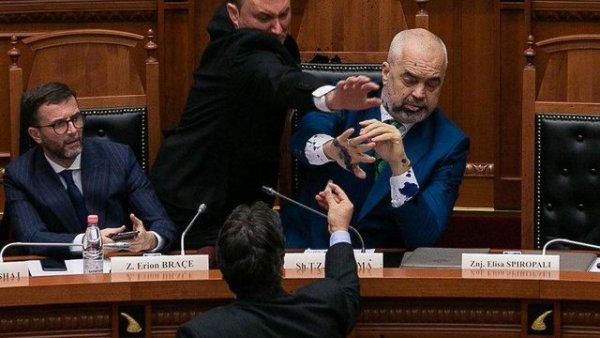 Arnavutluk Başbakanı Rama ya kürsüde saldırı