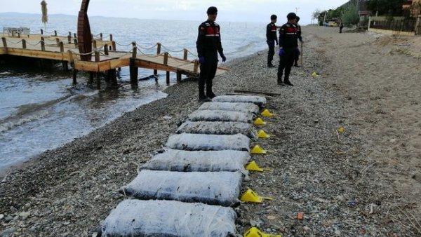 Balıkesir de karaya tonlarca uyuşturucu madde vuruyor