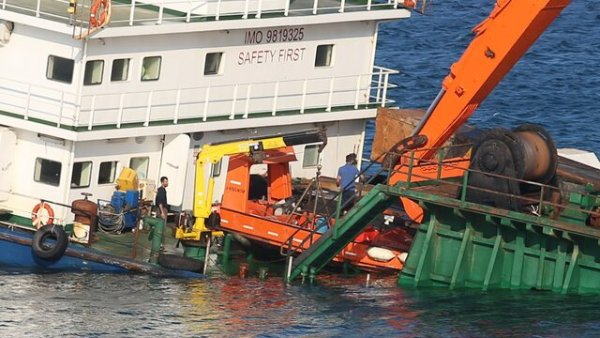 Bozcaada da karaya oturan gemi personeli gemiyi terk etmedi