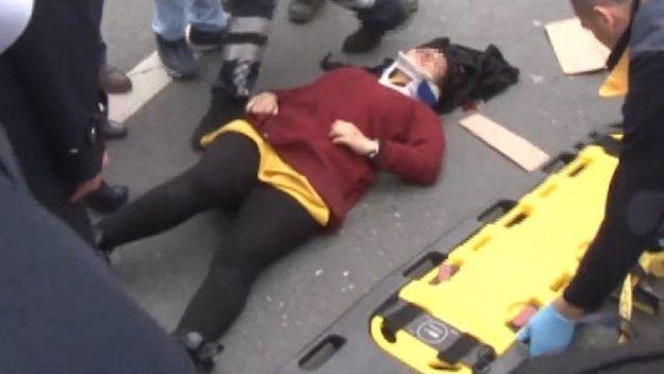 Genç kadın seyir halindeki araçtan yola atladı
