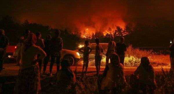 İzmir deki orman yangını iki mahalleye yaklaştı