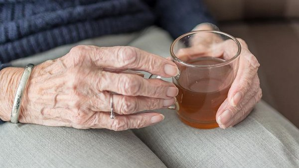 Kadınlar yaşlılıkta daha yalnız