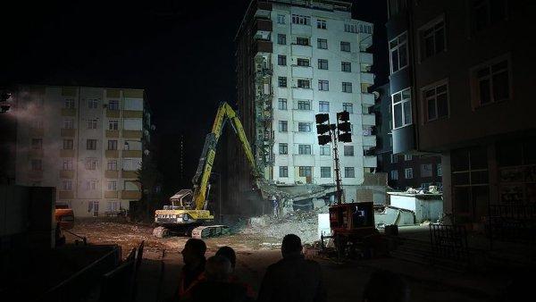 Kartal da riskli binalardan ilkinin yıkımına başlandı