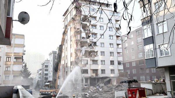 Kartal da riskli binanın yıkımı sürüyor