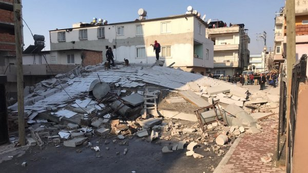 Mersin de 5 katlı bir bina çöktü