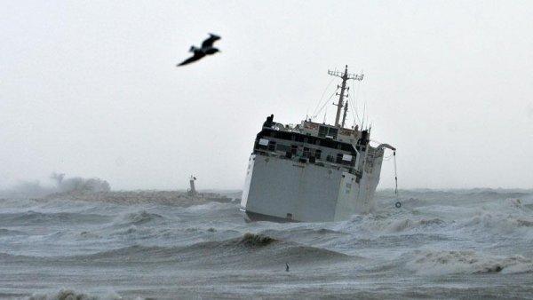 Mersin de kargo gemisi karaya oturdu