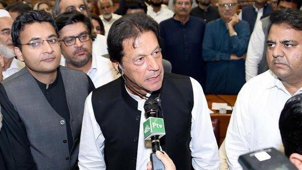 Pakistan da İmran Han yemin ederek görevine başladı