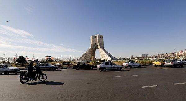 Tahran hızla toprağa gömülüyor