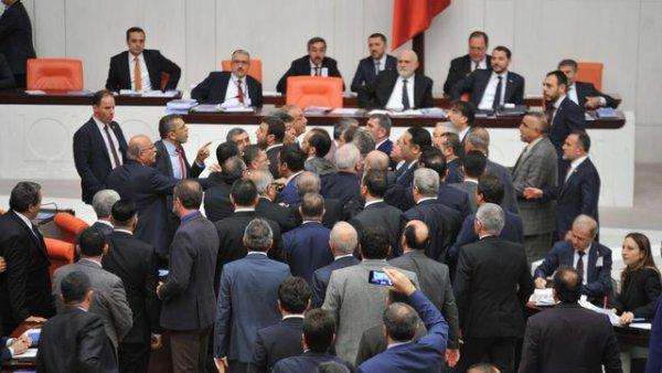 TBMM de kavga Milletvekilleri birbirine girdi
