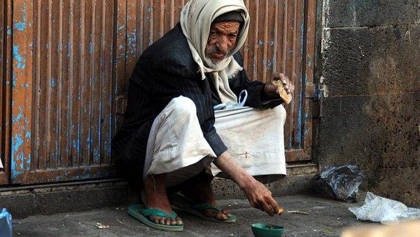 Yemen de insanlar kıtlıktan ot yemeye başladı