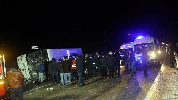 Yolcu otobüsü devrildi: 2 ölü 35 yaralı