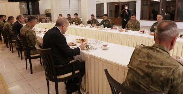 Cumhurbaşkanı Erdoğan askerlerle iftar yaptı